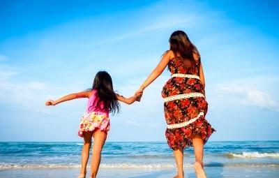 Μητέρα και κόρη στην παραλία