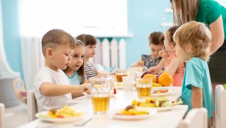 Παιδιά τρώνε σε παιδικό σταθμό