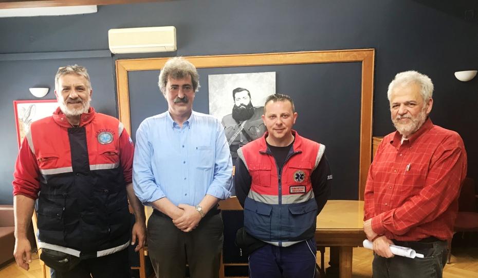 Συνάντηση του αν. Υπουργού Υγείας, Παύλου Πολάκη με τους διασώστες του ΕΚΑΒ που ολοκλήρωσαν τοκετό εγκύου καθ' οδόν προς το νοσοκομείο
