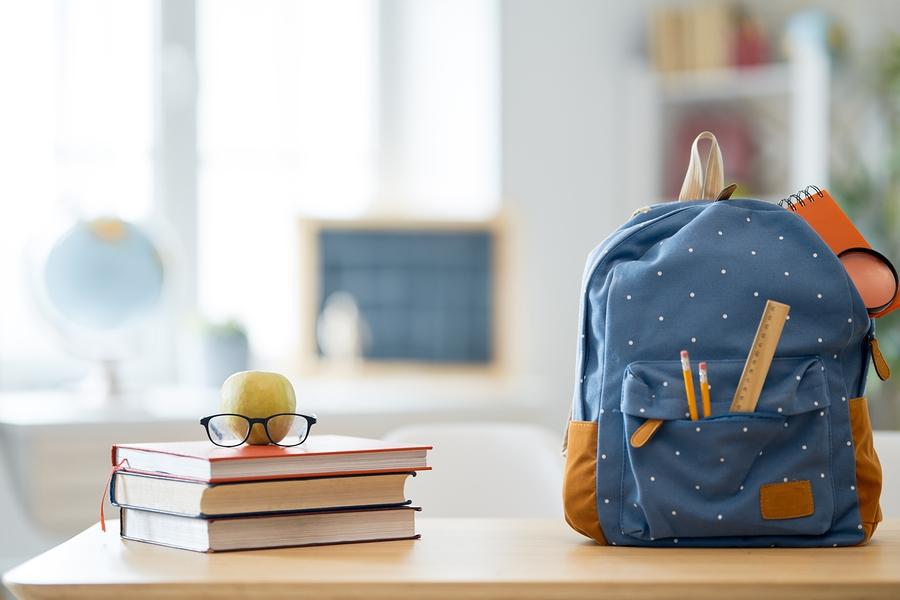 βιβλία και σχολική τσάντα