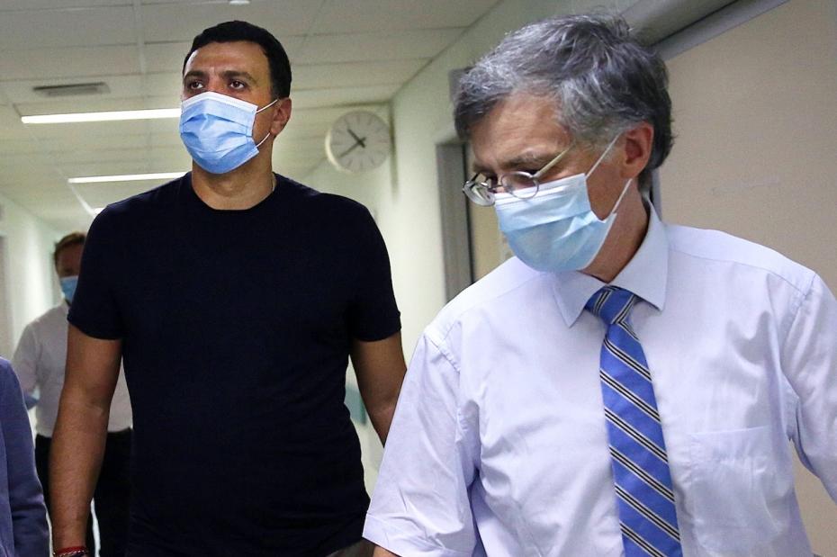Τη νοσηλεύτρια που δέχτηκε επίθεση στο ΠΓΝ «Αττικόν» επισκέφθηκε ο Υπουργός Υγείας Βασίλης Κικίλιας