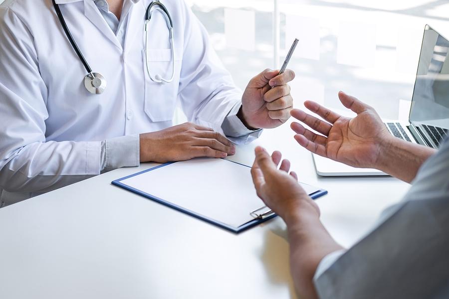 Ασθενής συζητάει με το γιατρό του για τη θεραπεία που θα ακολουθήσουν